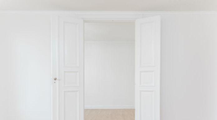 Jak krok po kroku dokonać renowacji drewnianych drzwi?