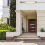 Naturalność drewna czy odporność metalu? Nowość od RuckZuck – drzwi zewnętrzne marki SENTIS