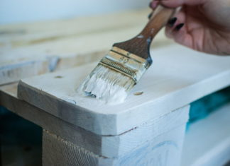 Na te kolory Polacy najchętniej malują drewno