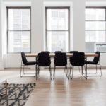 Połysk czy półmat – jakie wykończenie podłogi wybrać?