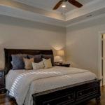 Jakie podwójne łóżko do sypialni? Jaki wymiar łóżka, jakie materiały, jak ustawić?