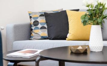 Jaka sofa do salonu? Czym się kierować przy wyborze kanapy